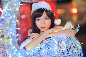 Фотографии Азиаты Рождество Шапки Смотрит Девушки