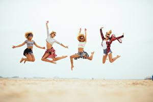 Фотографии Пляж Прыжок Ноги Руки Очки Девушки