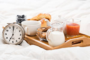 Картинки Часы Молоко Сок Завтрак Кувшин Стакан Чашка