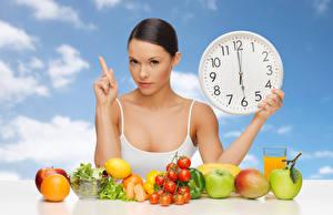 Картинки Часы Овощи Фрукты Сок Яблоки Томаты Шатенки девушка