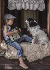 Фотографии Собаки Мальчики Бейсболка Сидящие Джинсы Ребёнок