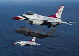 Фото Самолеты Истребители F-16 Fighting Falcon Втроем Американские Летящий F-35A Авиация