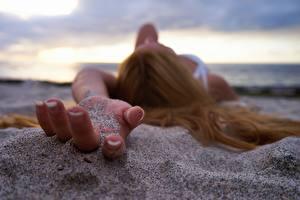 Фотографии Пальцы Крупным планом Руки Песок Девушки