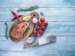 Обои Рыба Томаты Чеснок Специи Лососи Доски Разделочная доска Соль Пища