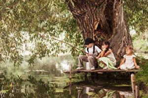 Обои Ловля рыбы Удочка Мальчики Девочки Ствол дерева Втроем Ребёнок
