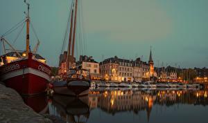 Картинки Франция Здания Речка Пирсы Вечер Корабли Парусные Saint Etienne Honfleur Города