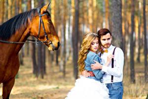 Фотографии Лошади Любовь Влюбленные пары Вдвоем Свадьба Невеста Блондинка Жених Девушки