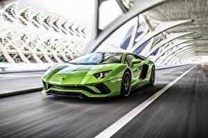 Фотографии Ламборгини Салатовый Движение 2017 Aventador S Автомобили