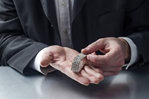 Картинки Мужчины Украшения Алмаз обработанный Руки