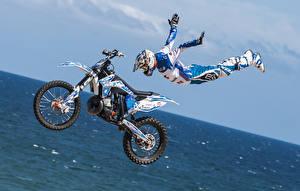Фото Мотоциклист Прыгать Униформе Шлем Летящий Мотоциклы