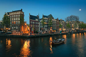 Картинки Нидерланды Амстердам Здания Речка Вечер Лодки Улица