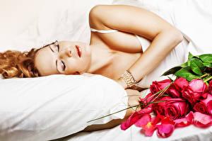 Фото Розы Спящий Подушки молодые женщины