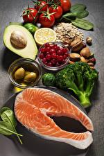 Фотография Морепродукты Рыба Помидоры Орехи Оливки Авокадо Еда