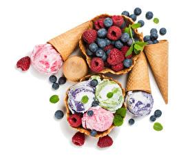 Фотографии Сладости Мороженое Малина Черника Черный фон Шар Пища