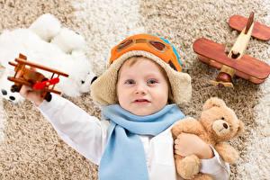 Фотографии Мишки Самолеты Игрушки Мальчики Шапки Шарф Взгляд Дети
