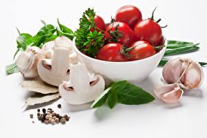 Обои Овощи Помидоры Грибы Чеснок Белым фоном Белый фон Еда