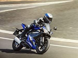 Картинки Yamaha Мотоциклист Едущая В шлеме 2014-17 YZF-R125