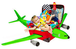Обои Самолеты Белый фон Чемодан Мальчики Очки Ребёнок