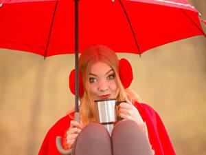 Фотография Блондинка Смотрит Зонт Чашка Девушки