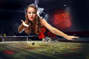 Фотографии Шатенка Казино Игральная кость Стола молодые женщины