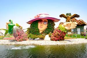 Картинки Дубай Парки Птицы Дизайн Шляпа Очки Miracle Garden Природа Девушки