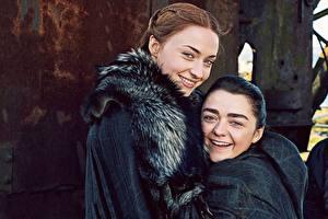 Картинки Игра престолов (телесериал) Двое Улыбка Sansa Stark, Arya Stark, season 7 Знаменитости Девушки