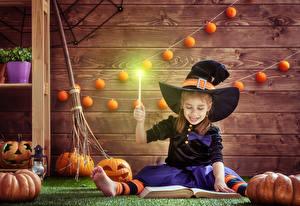 Фотография Хеллоуин Тыква Ведьма Девочки Шляпа Сидящие Книга Доски Ребёнок