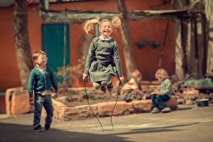 Фотография Девочки Мальчики Прыжок Счастье Улыбка