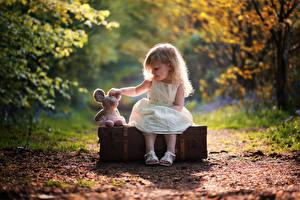 Фотография Девочки Сидящие Чемодан Дети