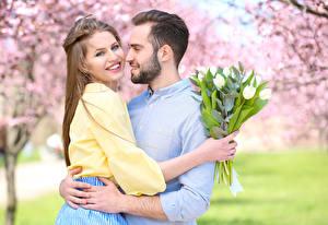 Фото Любовь Мужчины Букеты Любовники Двое Шатенки Улыбка Обнимает Бородатый Свидание девушка