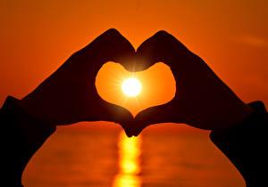 Картинки Любовь Рассветы и закаты Пальцы Руки Сердце Солнце