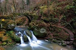 Обои Люксембург Водопады Мосты Камни Мох Лестница Cascade SchiessentumpelMullerthal Природа