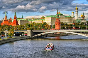 Картинки Москва Московский Кремль Мосты Храмы Реки Россия Катера Водный канал Дворец