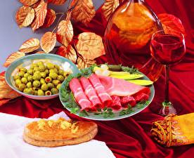 Картинка Оливки Ветчина Вино Листва Тарелка Бокалы Еда
