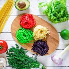 Фото Макароны Разноцветные Разделочная доска Продукты питания