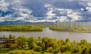 Обои для рабочего стола Россия Москва Дома Реки Дождь Облака город