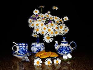 Обои Натюрморт Букет Ромашка Чайник Печенье На черном фоне Чашка Продукты питания Цветы