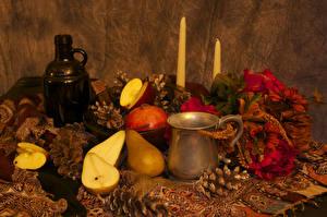 Фотография Натюрморт Груши Свечи Бутылка Кружка Шишки Продукты питания