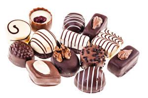 Фотография Сладости Конфеты Шоколад Орехи Белый фон Продукты питания