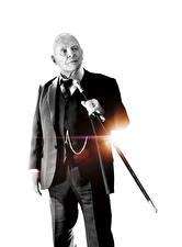 Фотографии Трансформеры: Последний рыцарь Мужчины Белый фон Черно белое Костюм Anthony Hopkins