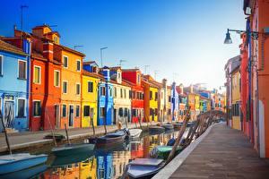 Картинки Италия Здания Лодки Венеция Водный канал Улица