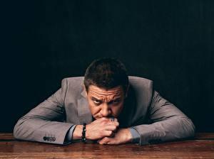 Картинки Jeremy Renner Костюм Взгляд Знаменитости