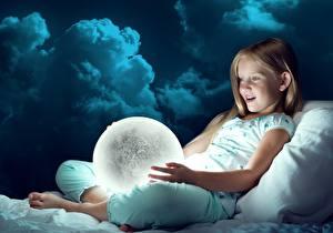 Фотографии Девочки Шар Эмоции изумление Ребёнок