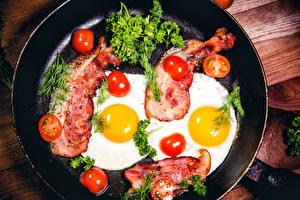 Картинки Мясные продукты Помидоры Укроп Яичница Сковорода Продукты питания