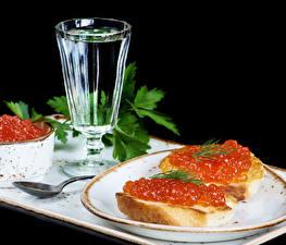 Обои Натюрморт Водка Бутерброды Морепродукты Икра Рюмки Продукты питания