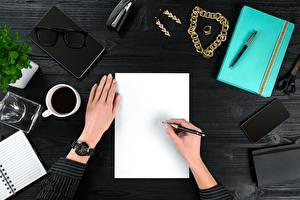 Обои Стол Руки Шариковая ручка Лист бумаги