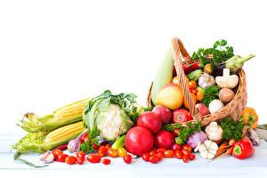 Фотографии Овощи Помидоры Кукуруза Грибы Яблоки Белый фон Корзинка Пища