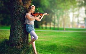 Обои Скрипки Девочки Ствол дерева Дети картинки