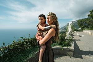 Обои Чудо-женщина (фильм) Diana, Hippolyta, Themyscira, Connie Nielsen Кино Девушки Дети