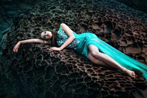 Картинки Шатенка Платье Ноги Девушки